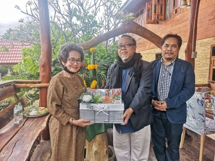Arts, Culture and Creative Economy Department presented New Year gifts to Mrs. Boonsri Yindee.