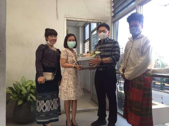 The Art and Culture Center presents a New Year's gift to Mr. Thirasak Teekayuphan, Mayor of Khon Kaen